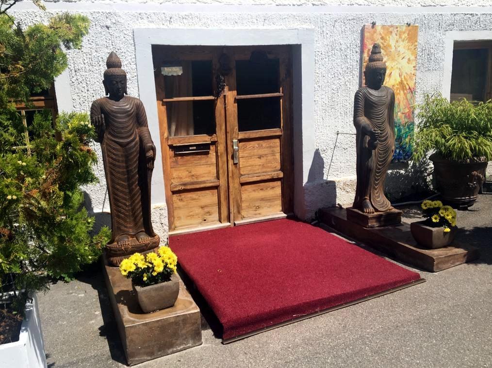 Eingang zum Seminarraum mit zwei Buddhas