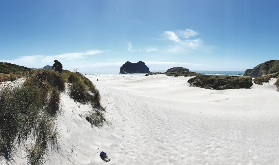 Weißer Sandstrand, blauer Himmel, Meer