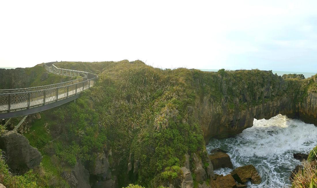 Brücke über Felsen am Meer